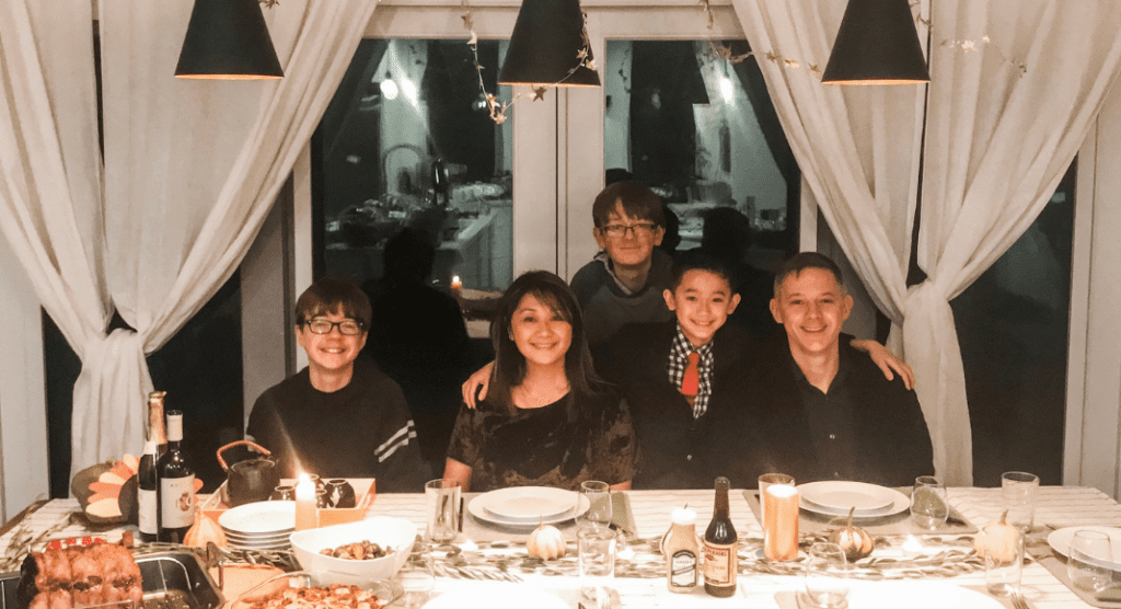 ixi chen and family celebrating